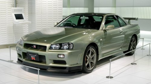 1200px-Nissan_Skyline_R34_GT-R_Nür_001.jpg