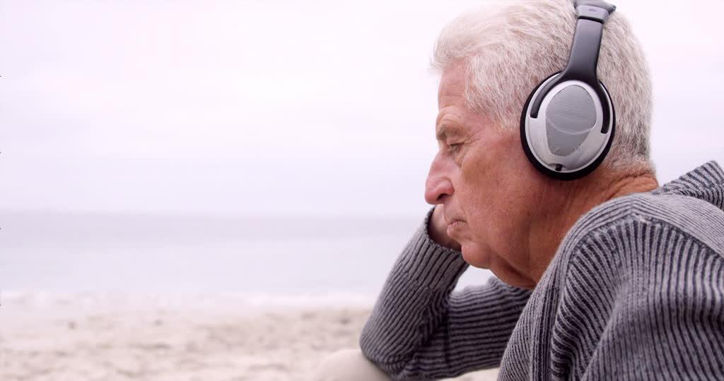 194637712-白日梦-耳机-不看镜头-65-70岁.jpg
