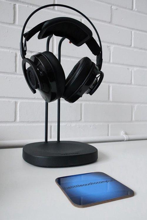 682px-AudioQuest_NightHawk_Carbon_headphones_and_Perch_(33582571464).jpg