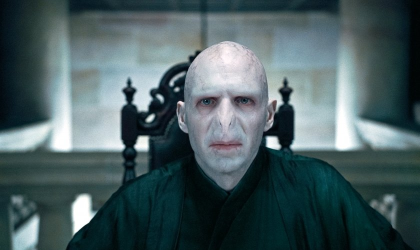 Voldemort_WB_F7_VoldemortStaringAheadAtTheMalfoyManor_Still_080615_Land.jpg