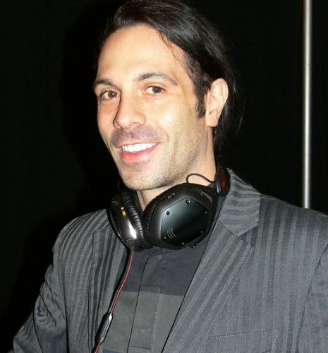 rsz_v-modas_val_kolton_shows_off_his_crossfade_m-100_headphones.jpg