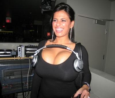 normal_sexy_huge_boobs_earphones.jpg