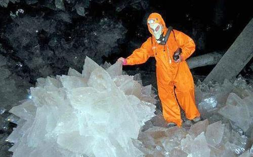 -The-Crystal-Cave-of-the-Giants-Mexico_Huge-and-beautiful-crystal_14943.jpg