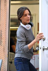 katie-holmes-and-monster-beats-by-dr-dre-headphones-gallery.jpg
