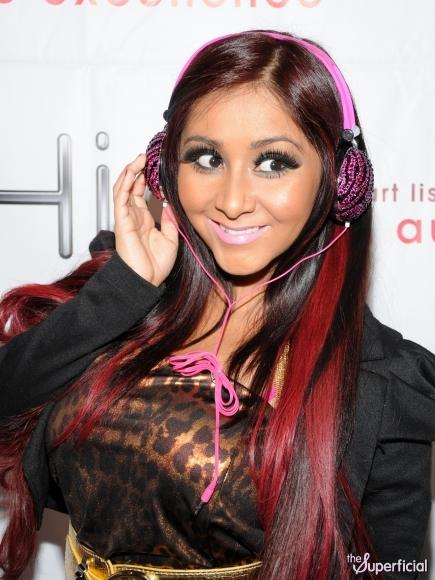 snooki-plastic-surgery-headphone-line-0111-12-435x580.jpg