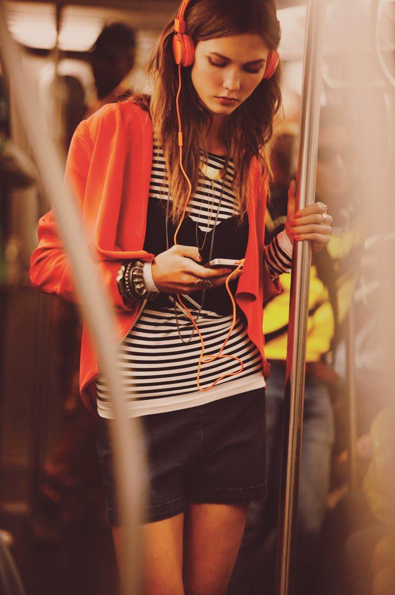 karlie-kloss-free-people-fashion-supermodel-subway-headphones.jpg