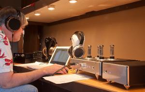 Tyll Hertsens of Innerfidelity.com demos the HeadAmp Blue Hawaii SE electrostatic amp w/ Stax...