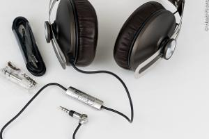 This shows the Sennheiser MOMENTUM's cool hybrid straight-angled plug in right-angle mode. (It...