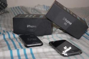 Left: Apple iPhone 8GB Right: Apple iPhone 3G 8GB Black