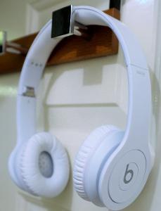 beats solo HD monochromatic white