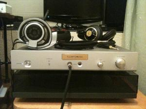 Luxman P-1u with HD800 front view