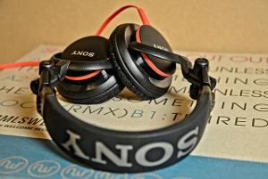 Sony MDR-V55 A ridiculously bass heavy sound but not a bad headphone for the price