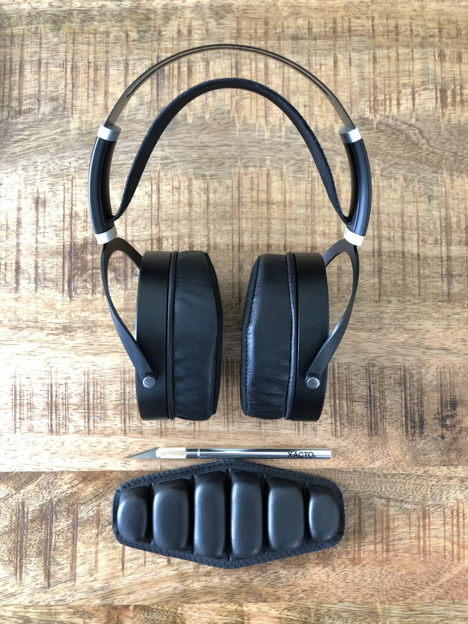The headpad used is designed for aviation headsets which sport a similar spring steel upper band...
